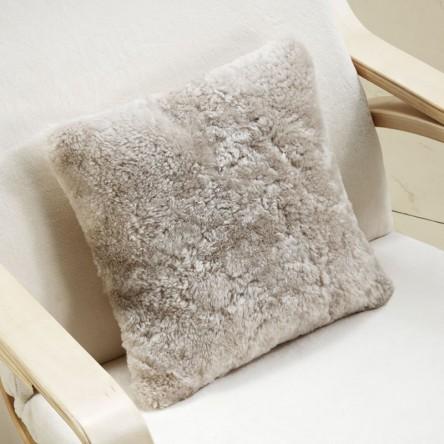 Cushion Shortwool Curly Square – Lammfellkissen von Auskin